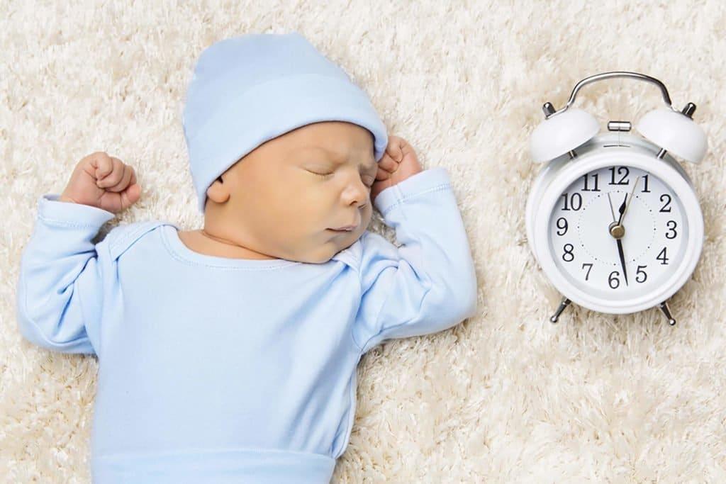 Bebê ao lado do Relógio